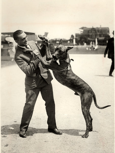 BERLENBACH, PAUL WIRE PHOTO (1925-POSING WITH HIS DOG