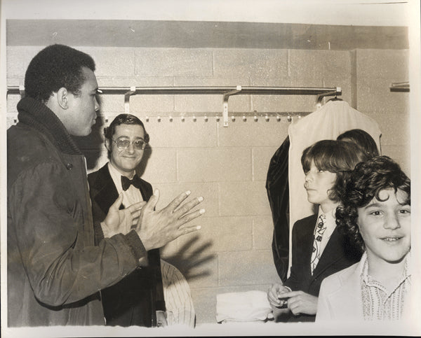 ALI, MUHAMMAD WIRE PHOTO (1974 BEFORE 2ND FRAZIER FIGHT MEETING JOHN KENNEDY JR.)