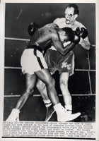 ALI, MUHAMMAD-HENRY COOPER II WIRE PHOTO (1966-6TH ROUND)