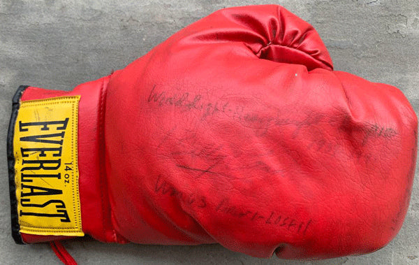 CONN, BILLY SIGNED BOXING GLOVE