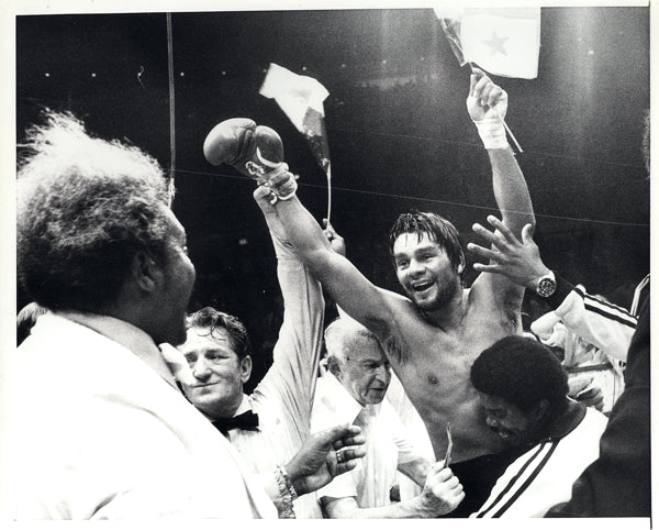 DURAN, ROBERTO WIRE PHOTO (CELEBRATING WITH KING)