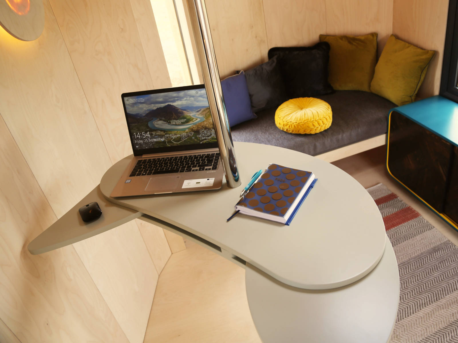 ergonomic furniture, healthy working, healthy body position, transformable desk