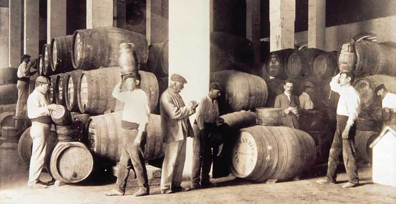 Arrumbadores: the workers whose job it is to organize and look after the barrels in the cellar.