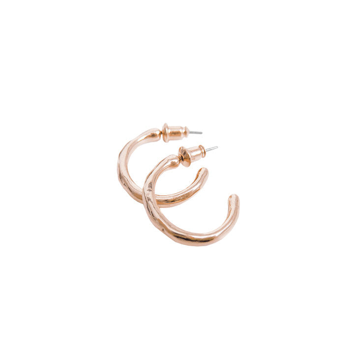 PETITS ANNEAUX MARTELLÉS AU FINI BRILLANT - OR ROSE | SMALL SHINY FINISH HAMMERED HOOPS  - ROSE GOLD