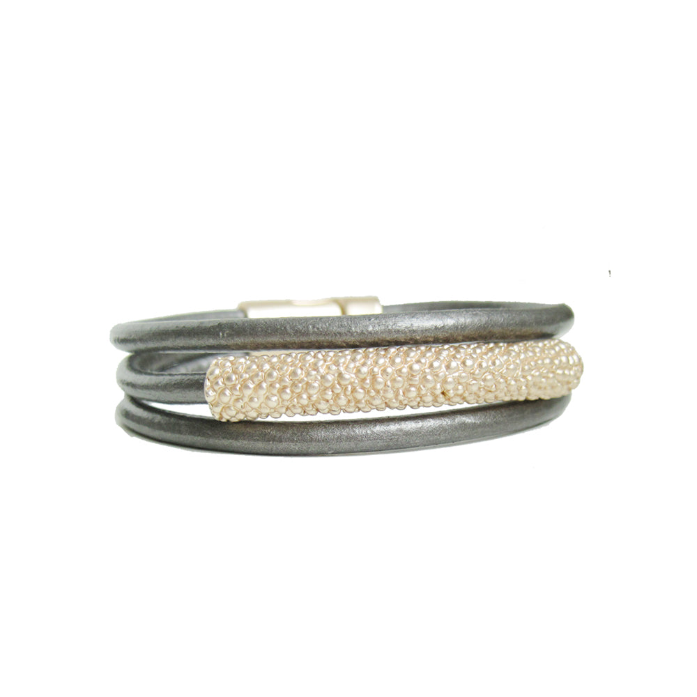 BRACELET MULTI-RANG DE CUIR AVEC PIÈCE MÉTALLIQUE TEXTURÉ - GRIS ET OR | MULTISTRAND BRACELET IN LEATHER WITH METAL TEXTURED PIECE - GREY & GOLD