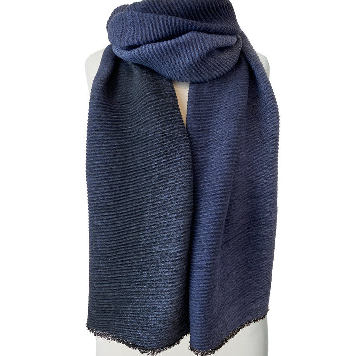 DOUX ET GRAND FOULARD ONDULÉ MOTIF OMBRÉ  - BLEU | LARGE RIPPLED & SOFT OMBRE PATTERN SCARF  - BLUE