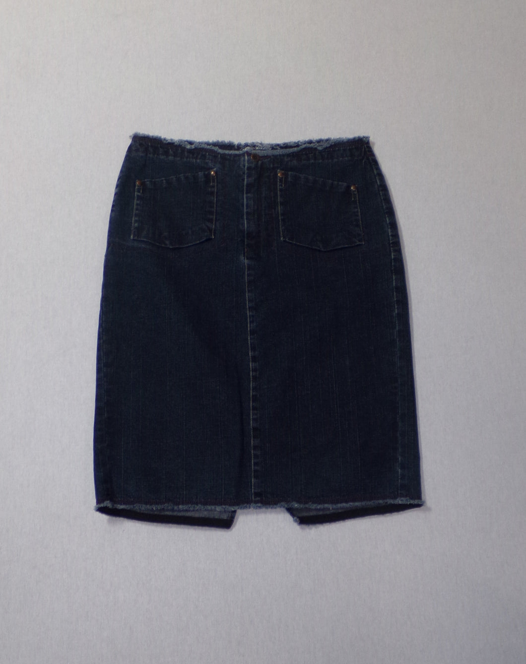 From White Stuff we have this denim skirt with a frayed hem and frayed waistband detail. It has two back pockets, two front pockets and a zip fastening. A pretty little skirt for wearing with thick tights and ankle boots or in the summer with a casual tee. So versatile.  80% Cotton 18% Polyester 2% Elastane