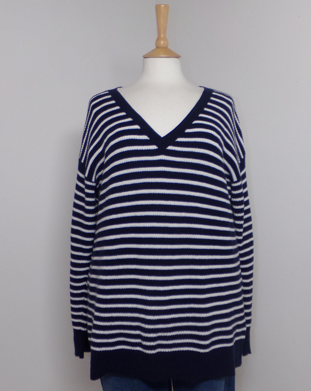 This jumper with its classic lines is a staple wardrobe choice from Gap. Extended hem line which is complemented by its cuff and v neck. A cosy ally to your down time, looks great with jeans, for that smart yet casual look.