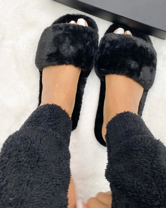 BLACK FAKE FUR SLIPPERS - ByHally.dk