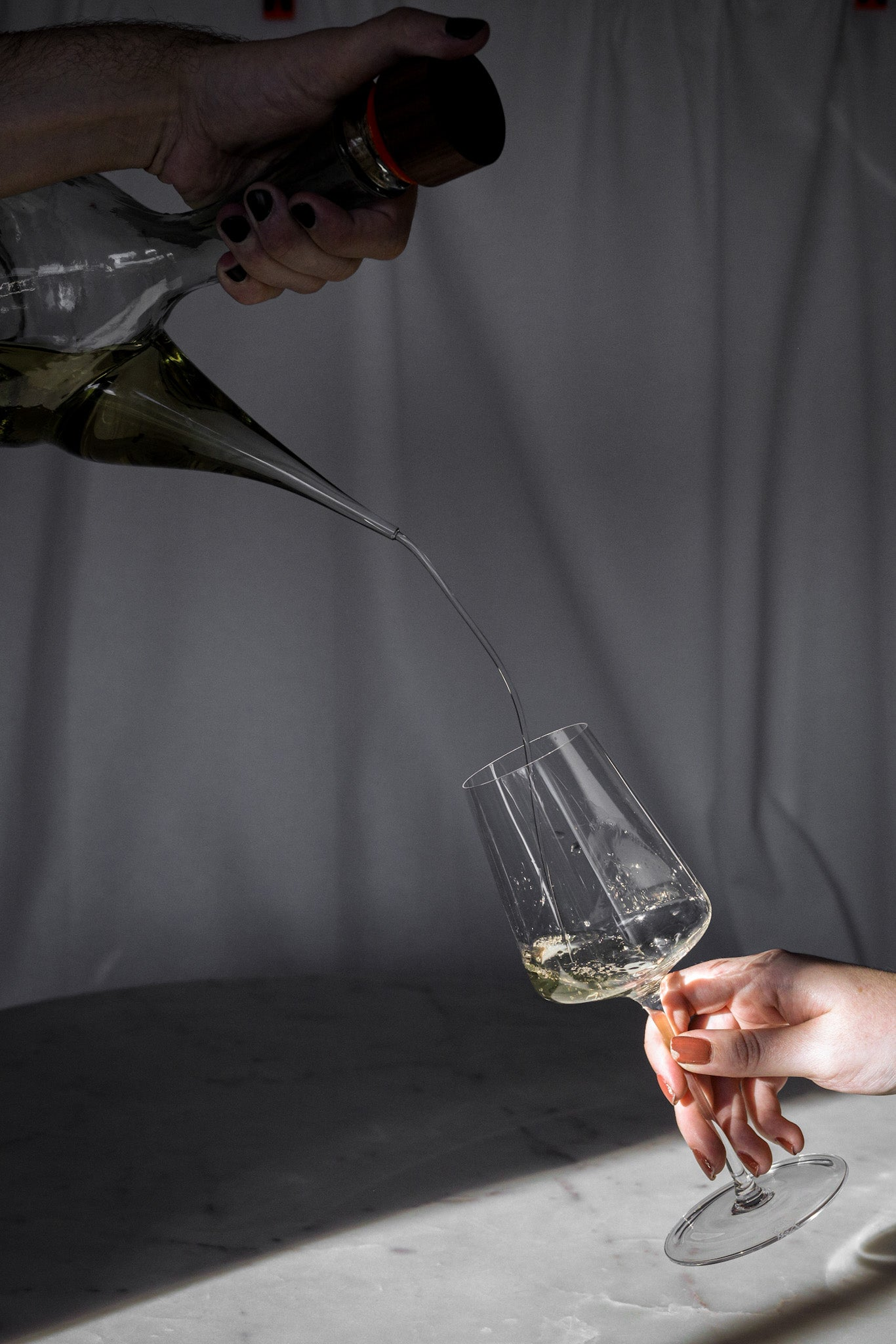 Conserva Porr—n pouring wine in a glass