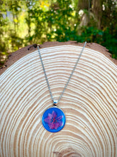 Load image into Gallery viewer, Blue round pendant with pink pressed flower