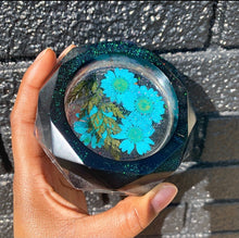 Load image into Gallery viewer, Black glittery resin ashtray with real pressed flowers