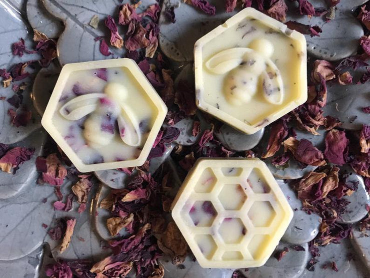 Christmas Scented Bath Melts Gift Set with Beeswax, Essential Oils & Dried Flower Petals - www.wicksandreeds.com