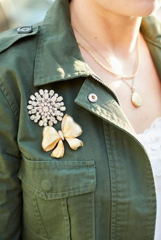 Green denim jacket with necklaces in gold and two Embellishment, one in a bow motif the other one in a snowflake Diamante. It brings Novelty to an outfit