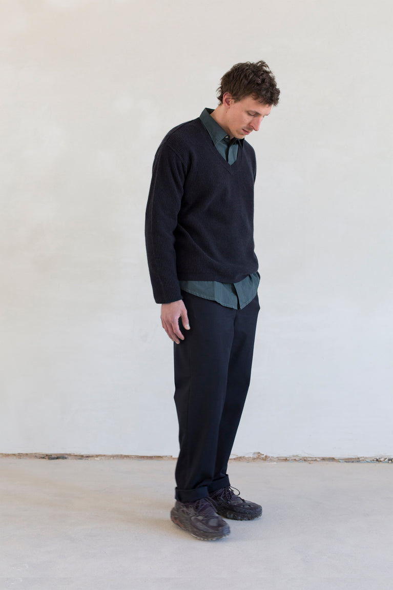 7d collection , 7d , belgian brand , ikkoopbelgisch , supersoft merino v-neck sweater in rib knit   oversized shirt in cotton poplin with contrast stitch   comfort drawstring pant in cotton wool twill