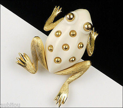 Vintage Crown Trifari Figural Light Cream Lucite Frog Toad Brooch Pin Amphibian