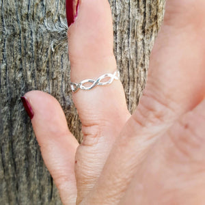 Use this eternity ring as a midi, knuckle, or thumb accessory