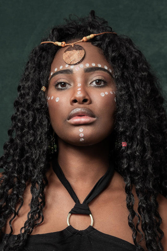 le maquillage tribal d'une femme africaine