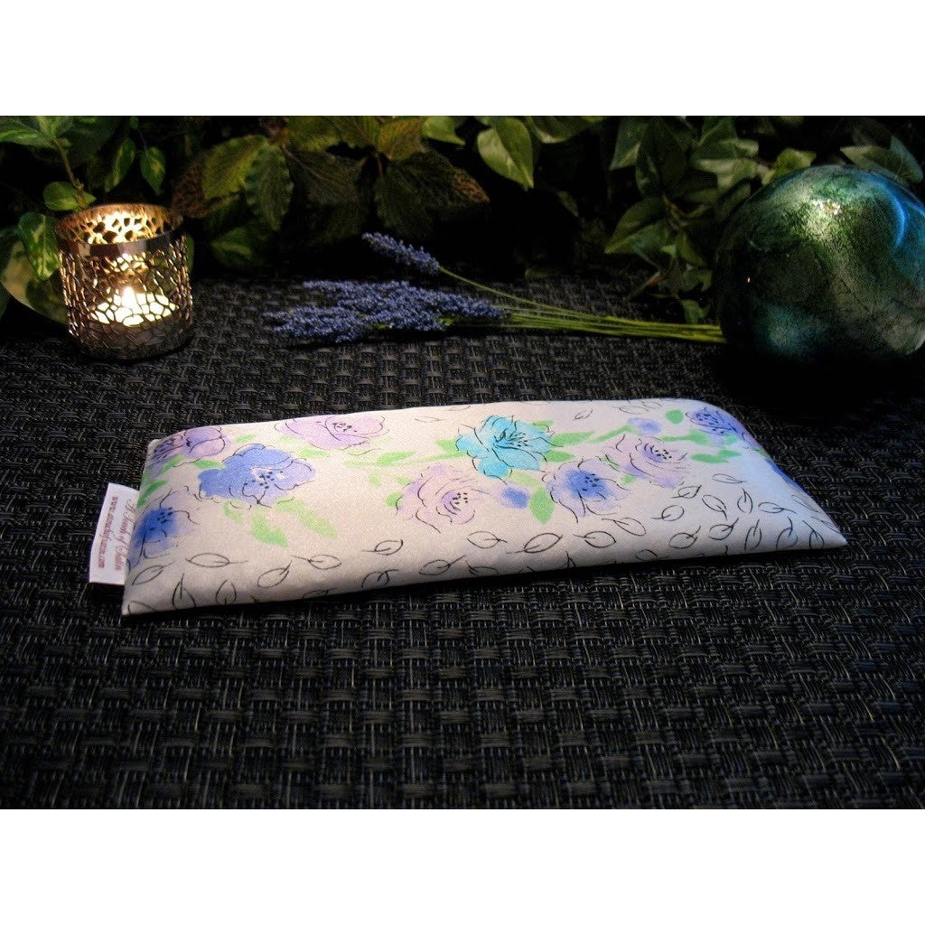 This eye pillow is made with a white and blue flowers satin print, filled with organic flaxseed for unscented or choose organic lavender or peppermint for scented.