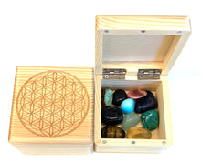 Load image into Gallery viewer, 惑星のクリスタルと フラワー オブ ライフ ボックス セット Planet Tumbled Crystal Set  with Flower of Life wooden Box