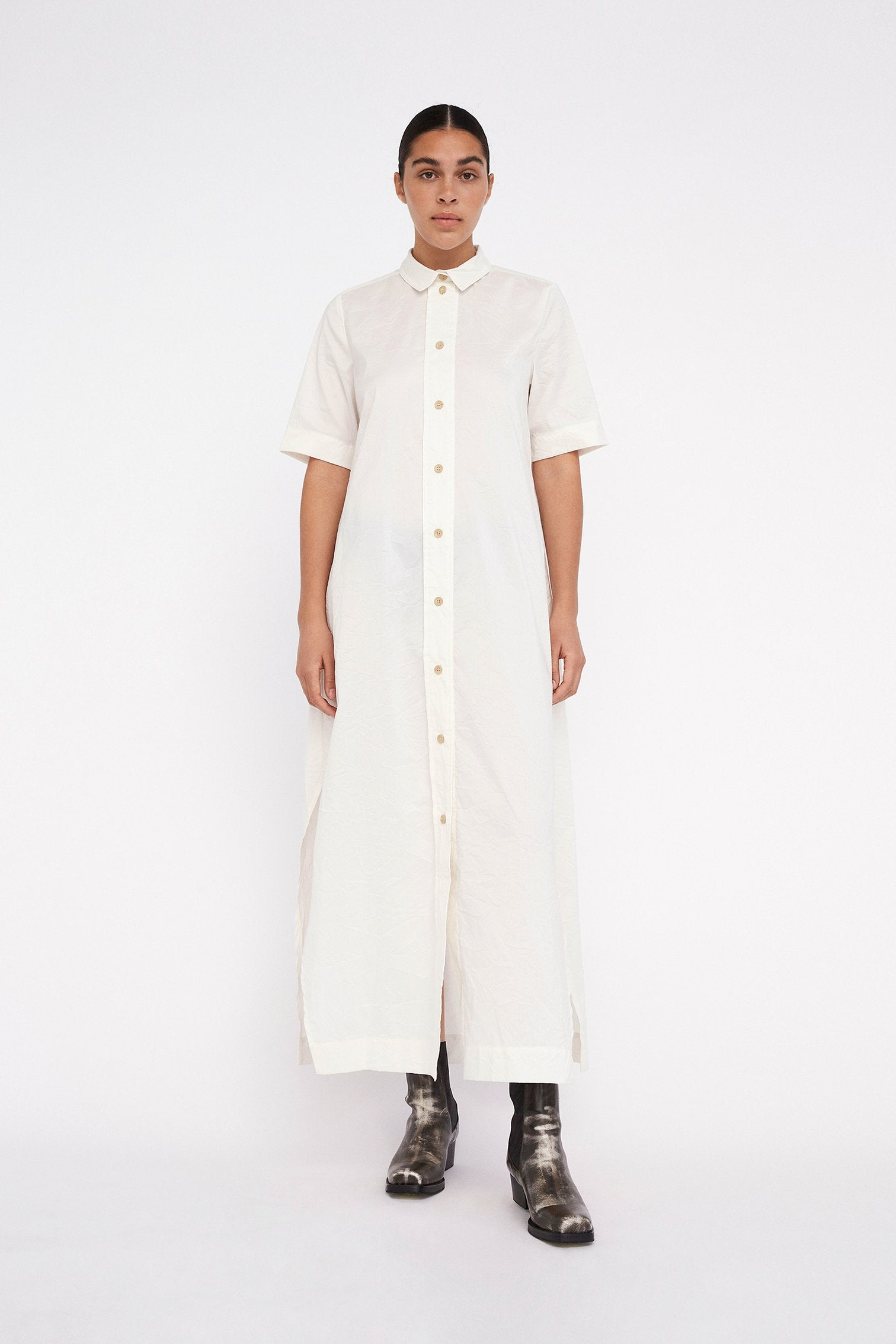 Won Hundred Antonette is a long, voluminous short-sleeved dress featuring a collar and an oversized front placket in a crisp and crinkled cotton-polyester blend. Voluminous fitOversized front placket63% Cotton 37% Polyester