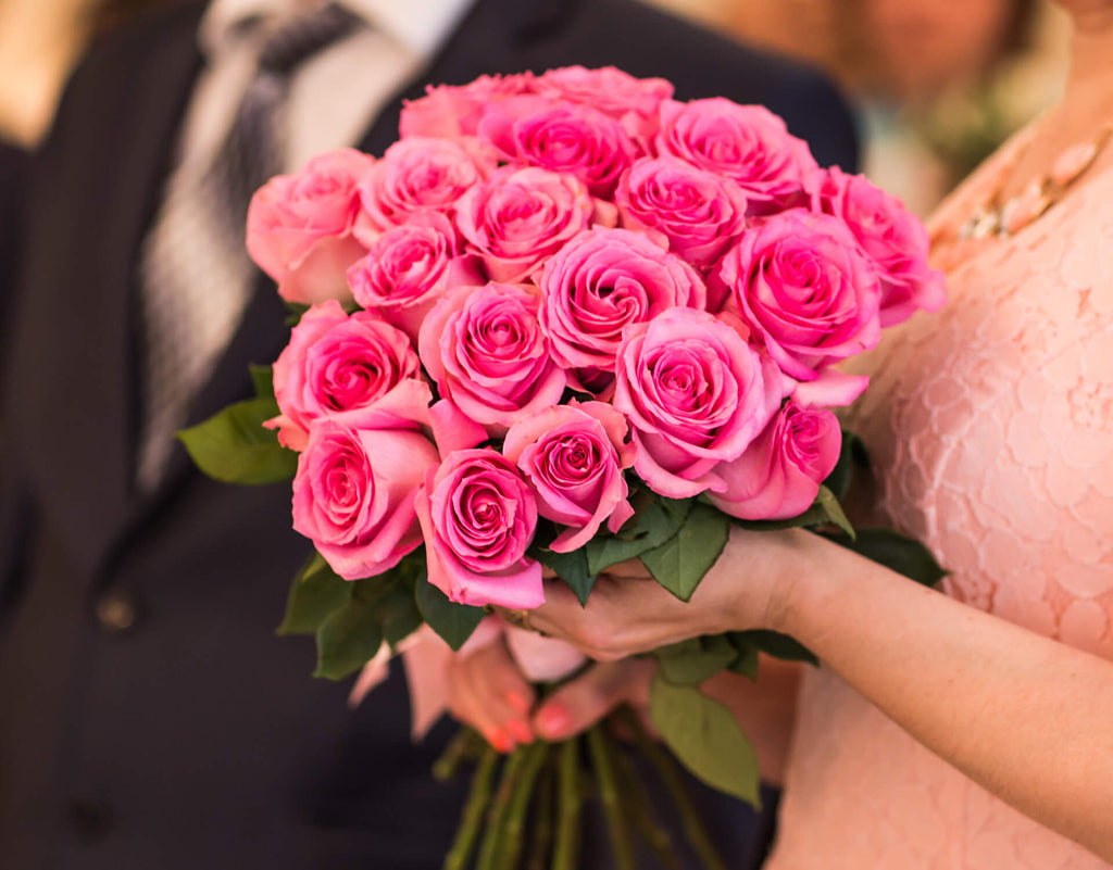 woman hold a bouqet of pink roses