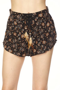 Short estampado con plumas