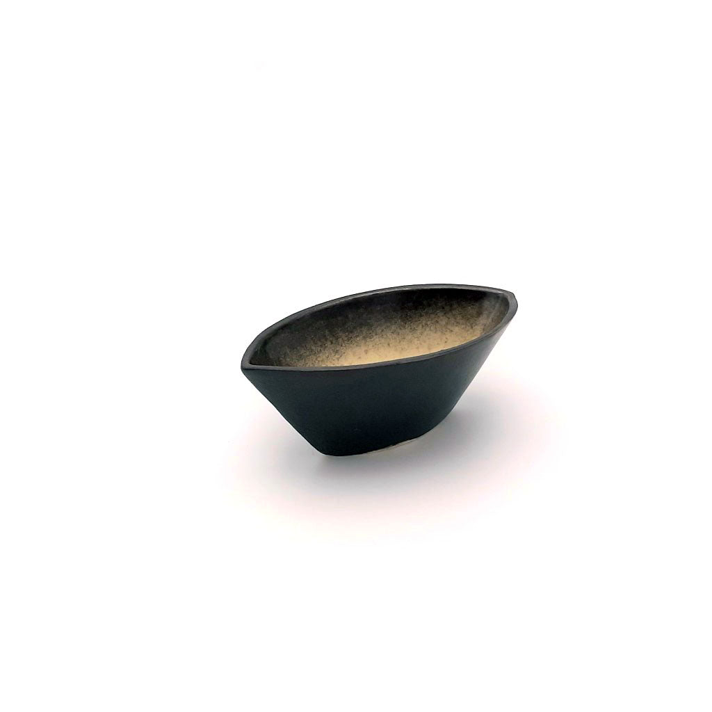 Kaolin-gudnyhaf-boat. Small item glazed with bleige on the inside and black on the outside.