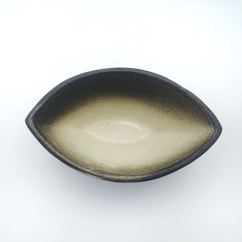 Kaolin-gudnyhaf-boat. Color beige on the inside and black on the outside.