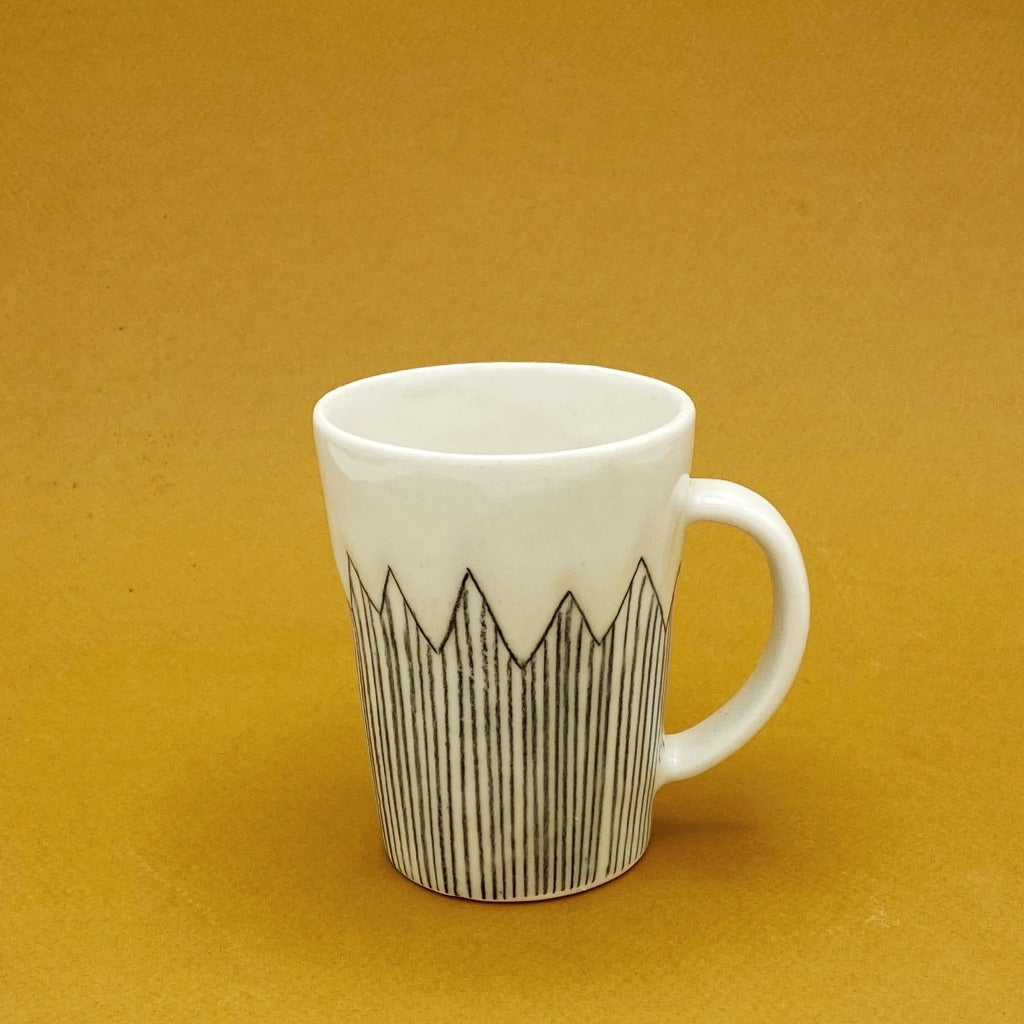 DAYNEW - Kaolin - Volcano coffee cup with handle.