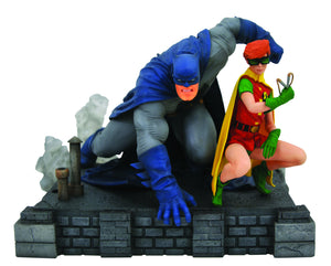 DC Gallery Dark Knight Returns Batman & Carrie Deluxe PVC Figure