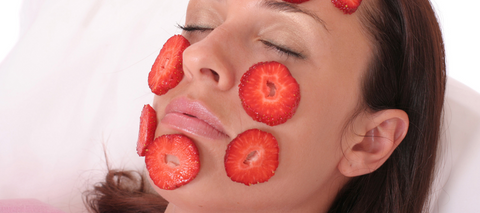 strawberry face mask full with vitamin C and make skin glow