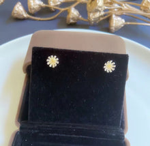 Load image into Gallery viewer, Silver Cute Daisy Stud Earrings