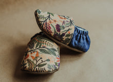 Load image into Gallery viewer, RHO Folk Floral Slippers