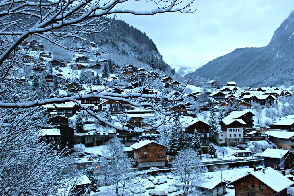 French beauty must-haves when skiing the French Alps via @agirlsgottaspa