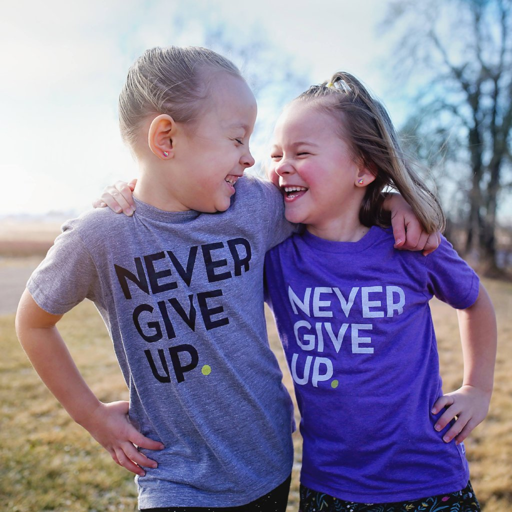 KIDS GRAY SIGNATURE NEVER GIVE UP. TEE