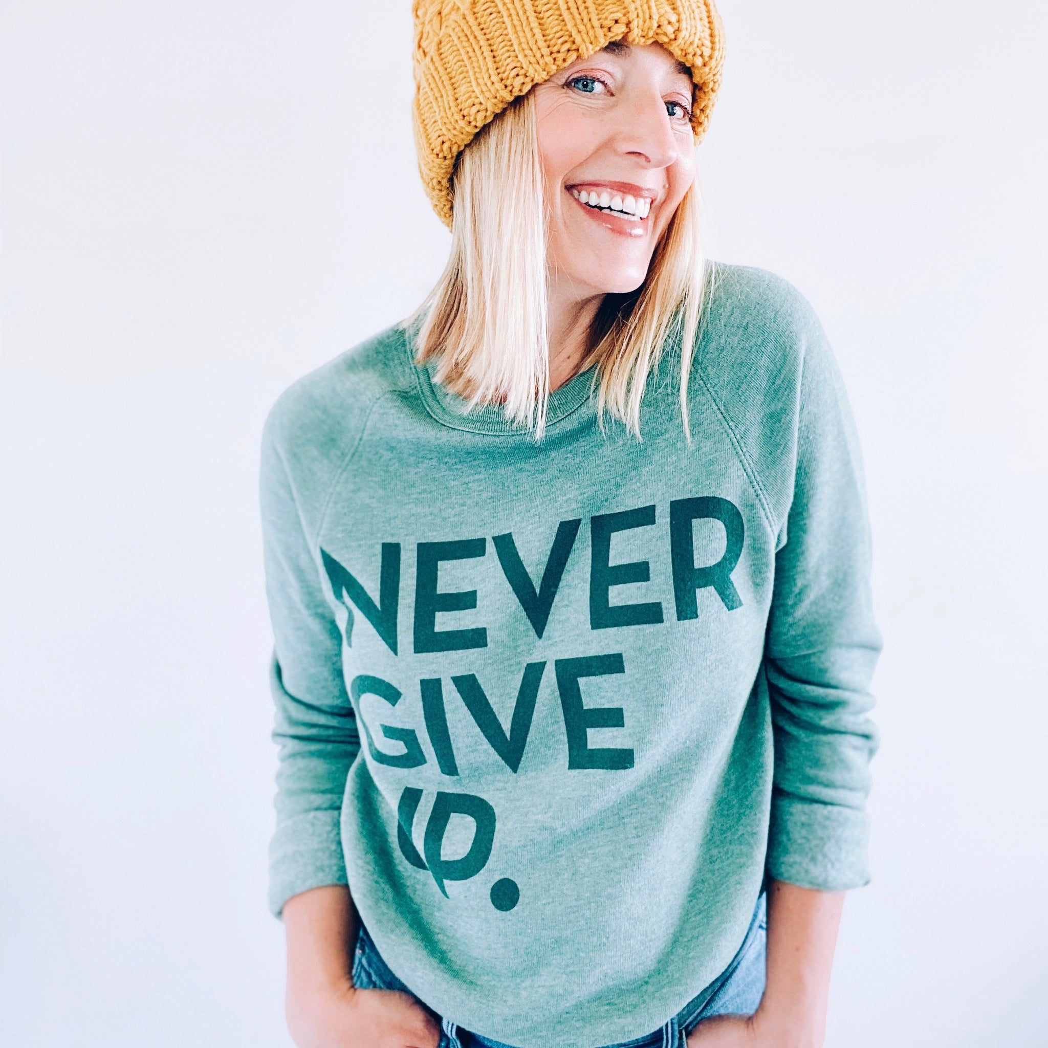 NEVER GIVE UP. CLASSIC PULLOVER (GREEN)