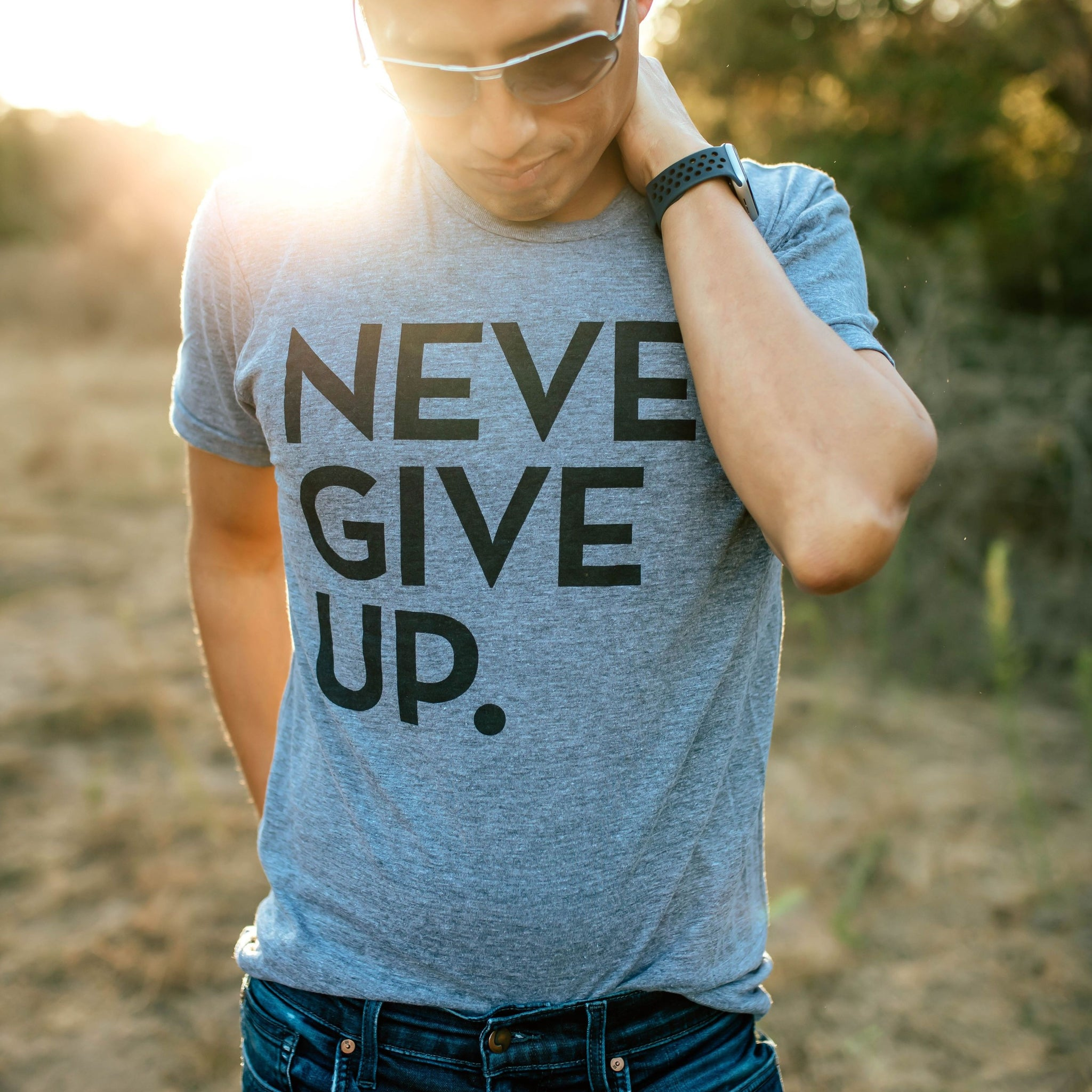 UNISEX SIGNATURE NEVER GIVE UP. TEE