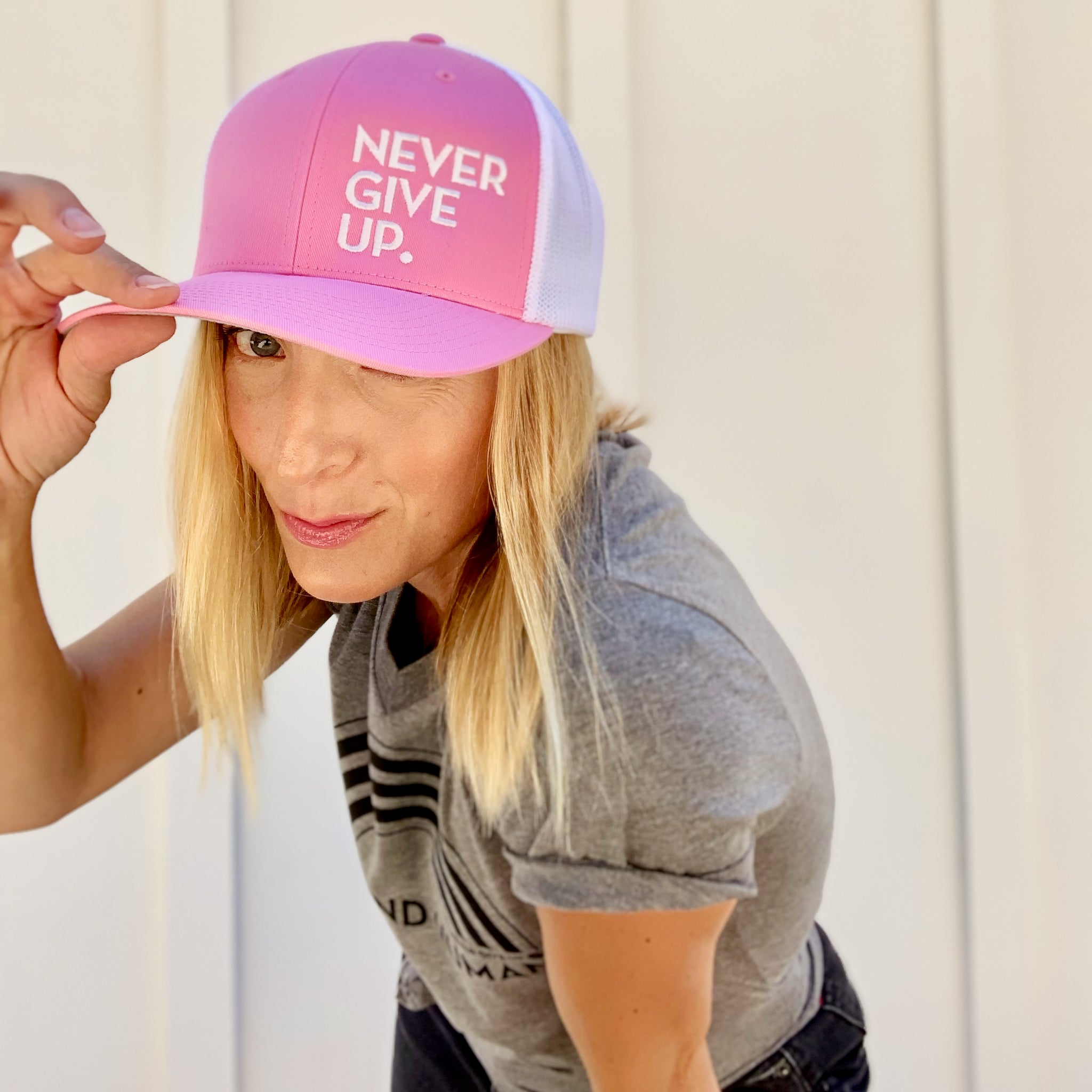 NEVER GIVE UP. HAT (PINK/WHITE)