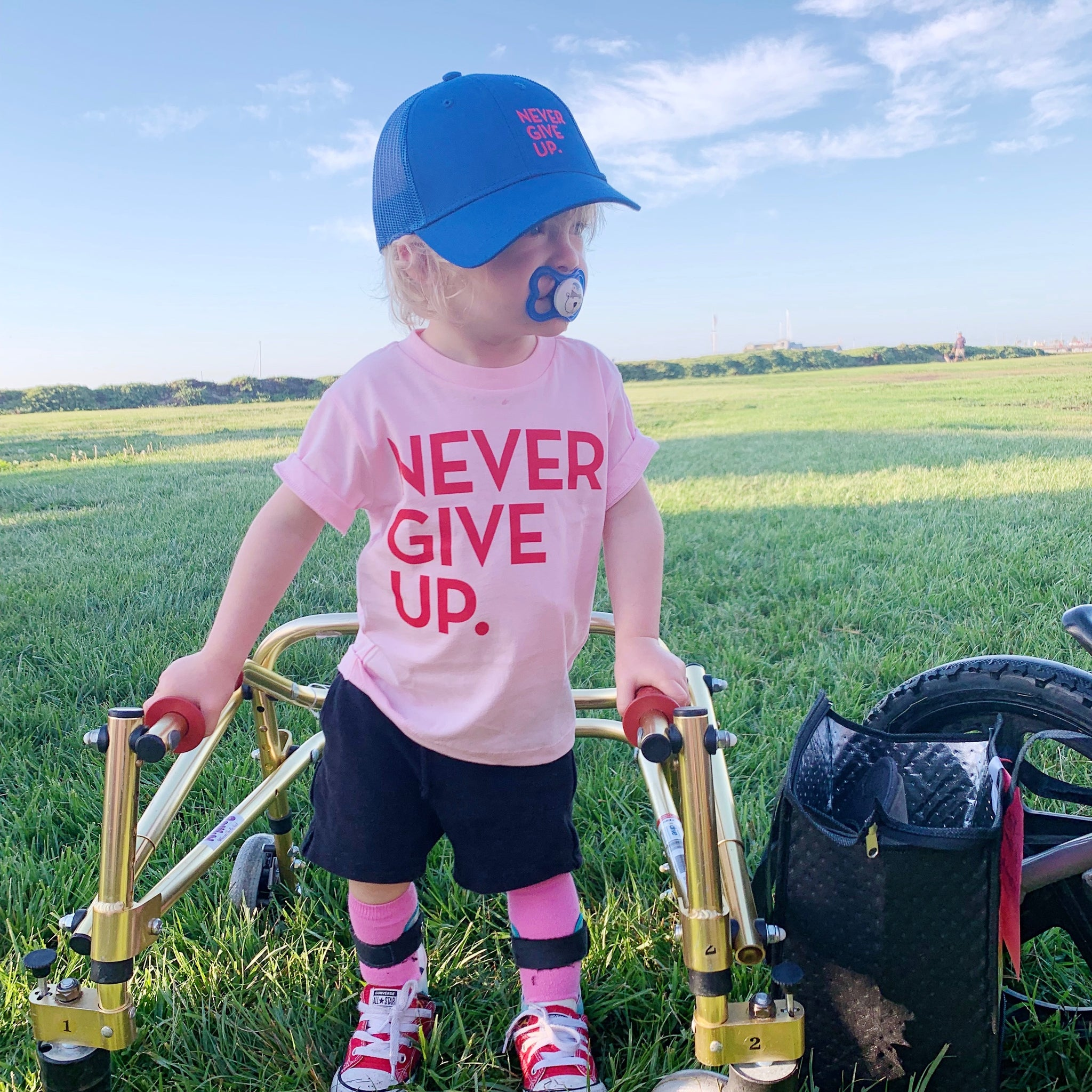 KIDS NEVER GIVE UP. HAT (BLUE/RED)