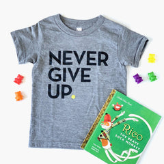 KIDS SIGNATURE NEVER GIVE UP. TEE