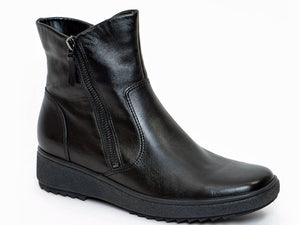 Black leather dual zip up winter waterproof boot.  Smooth leather with stitching around the heel and front vamp.