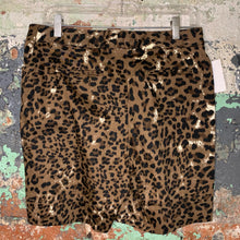 Load image into Gallery viewer, Ellen Tracy Leopard Print Shorts Size 4
