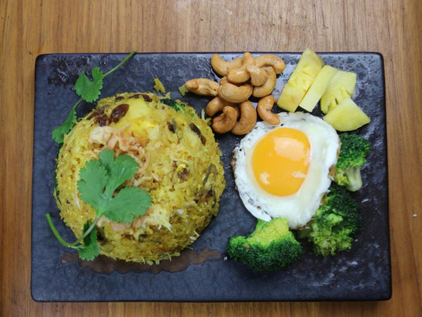 29 Crab fried rice wit pineapple, chasew nuts, raisin and fried egg (L)