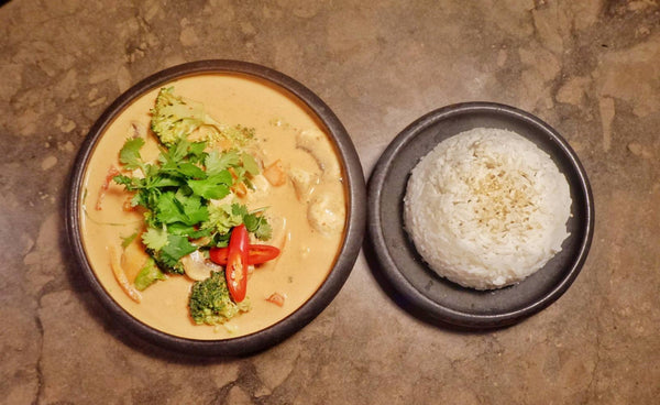 25 Red curry chicken with broccoli, carrot, mushroom and jasmine rice (G)