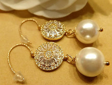 Load image into Gallery viewer, Gold and pearl earrings