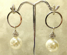 Load image into Gallery viewer, White mother of pearl drop earring
