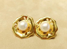Load image into Gallery viewer, Flower golden white pearl earrings