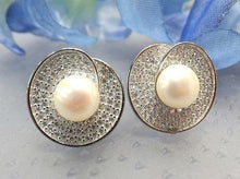 Load image into Gallery viewer, Woman's natural pearl earrings