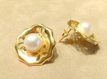 Load image into Gallery viewer, Natural white pearl and gold earring